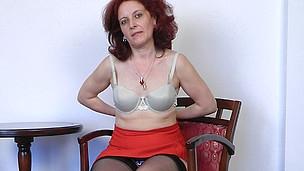 Horny aged floosie masturbating in a chair